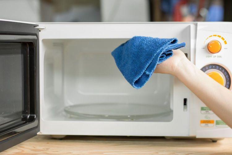 limpar microondas com bicarbonato